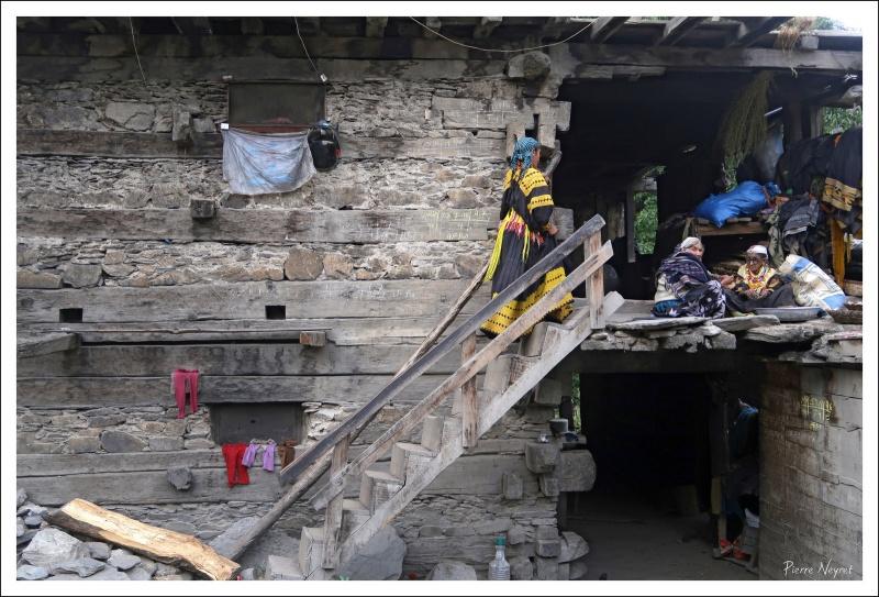 Famille Kalash dans une maison traditionnelle