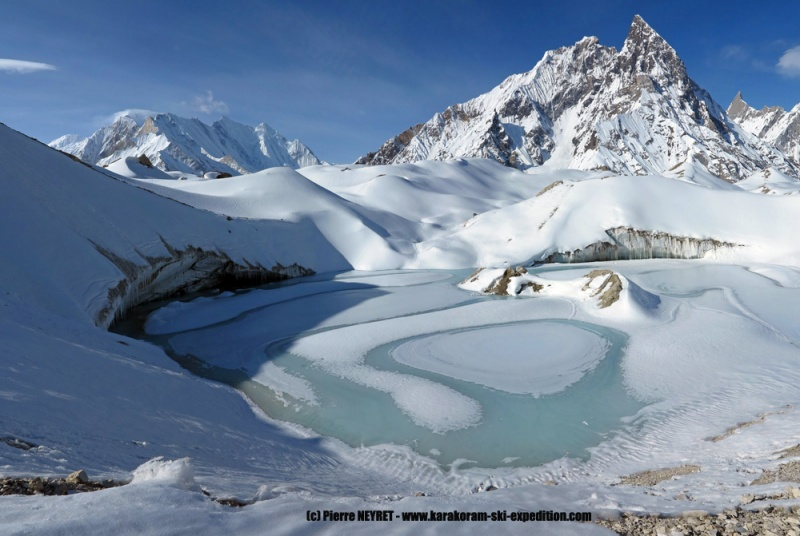 Lac glaciaire en montant au camp de base du GIV