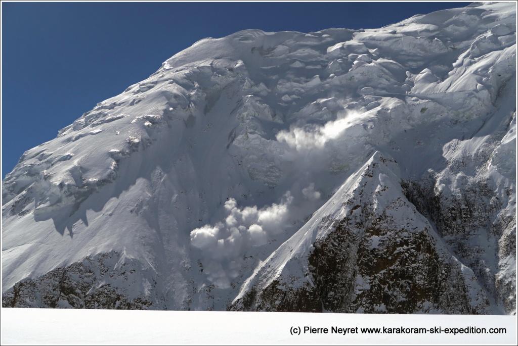 Avalanche sur la paroi nord du Garmush, au matin du 5 mai