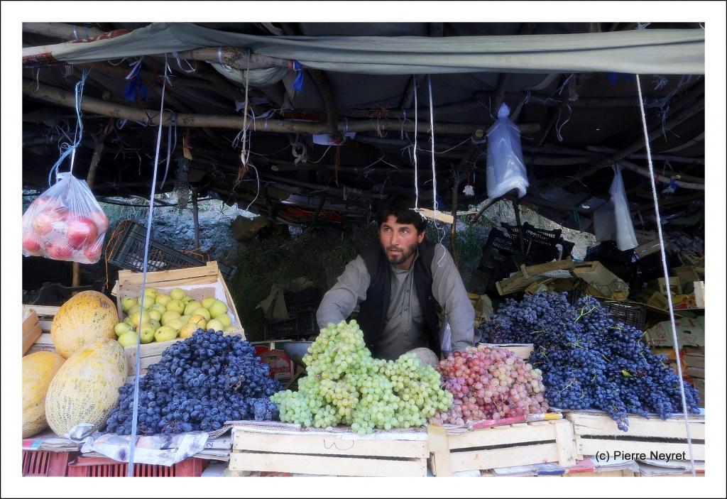 Marche de fruits sur la route de Chitral