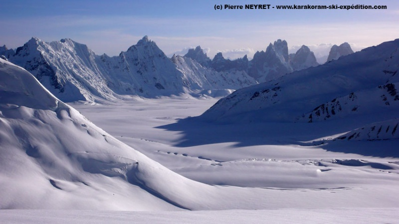 Sim Gang glacier vu depuis le Lupke la - Solu Towers à 20 km