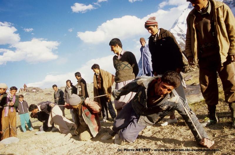 Jeux de force au col de Karambar