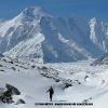 Ski sur le Godwin-Austen glacier, devant le Chogolisa 7665 m