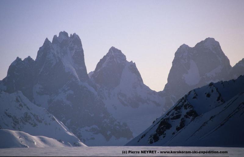 Les tours de Solu vues du fond du Sim Gang glacier