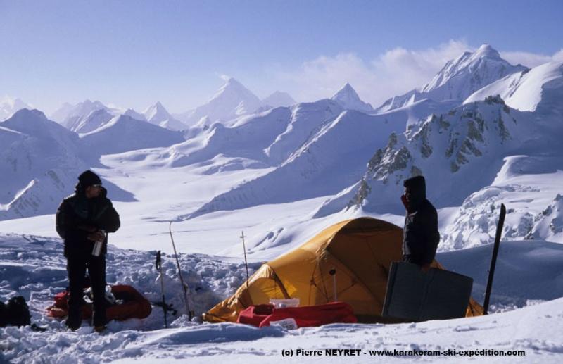Camp au Skam la (5660 m) - Hispar Muztagh dans le lointain