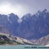 Sur le lac de Attabad (25 km) avec les aiguilles de Passu